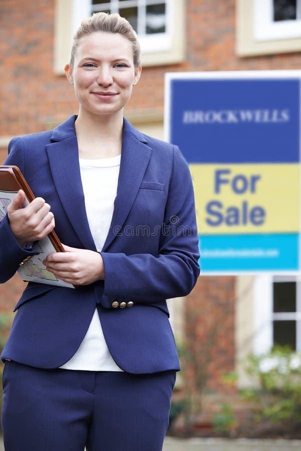 Retrato da propriedade residencial da parte externa ereta fêmea do corretor de imóveis fotos de stock