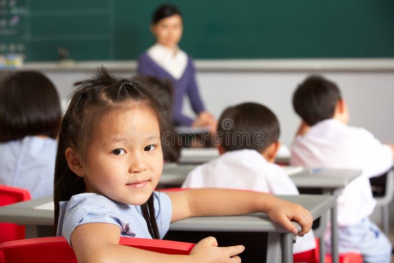 Retrato da pupila fêmea em uma escola chinesa foto de stock royalty free