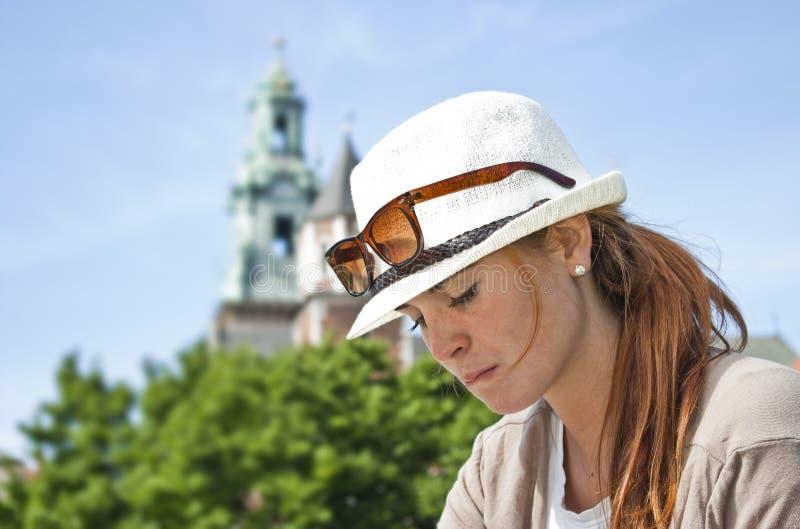 Retrato da rapariga pensativa com chapéu branco foto de stock