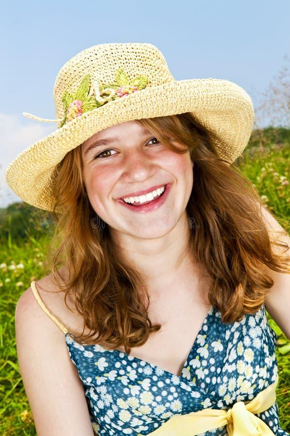 Retrato da rapariga que sorri no prado foto de stock