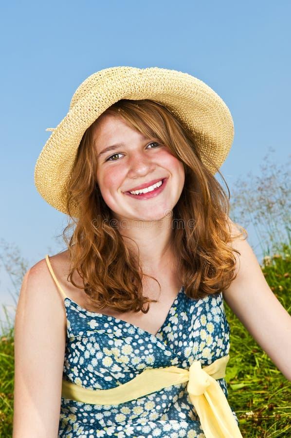 Retrato da rapariga que sorri no prado foto de stock royalty free