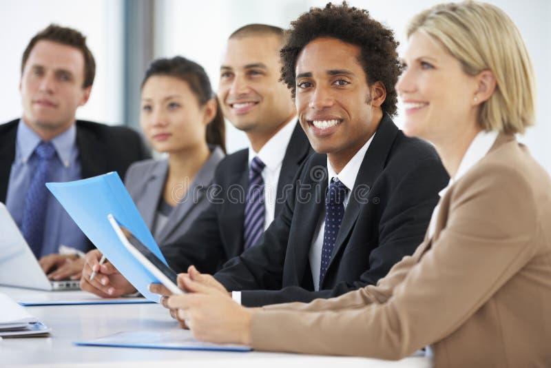 Retrato da reunião de comparecimento executiva masculina do escritório com colegas foto de stock