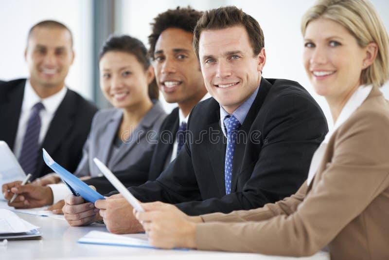 Retrato da reunião de comparecimento executiva masculina do escritório com colegas fotografia de stock