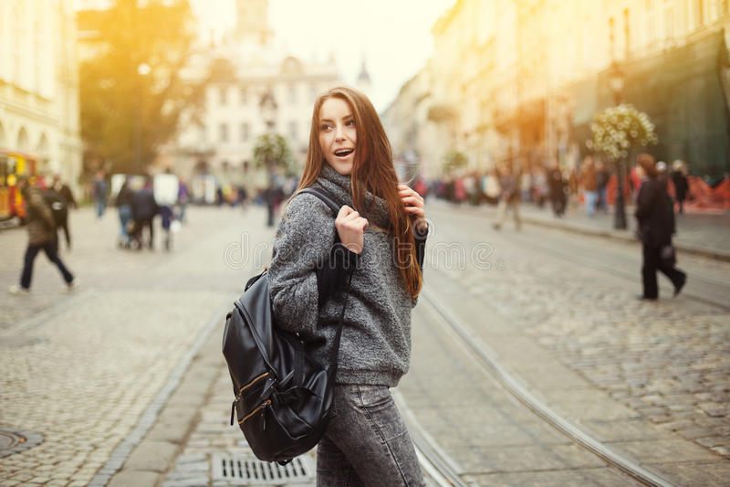 Retrato da rua da jovem mulher bonita que anda na cidade com trouxa foto de stock royalty free