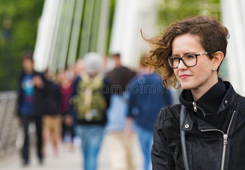 Retrato da rua de uma mulher bonita imagens de stock