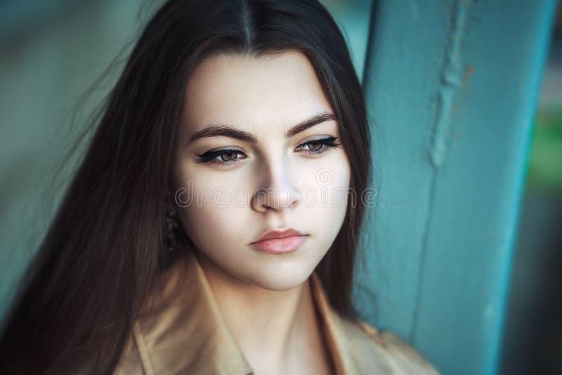 Retrato da rua de uma mulher bonita nova imagem de stock