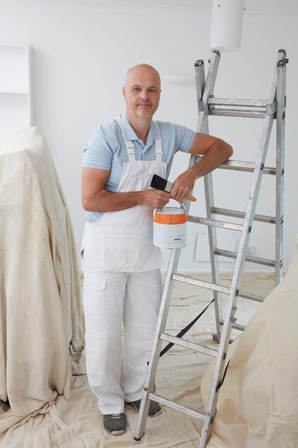Retrato da sala da pintura do decorador fotos de stock