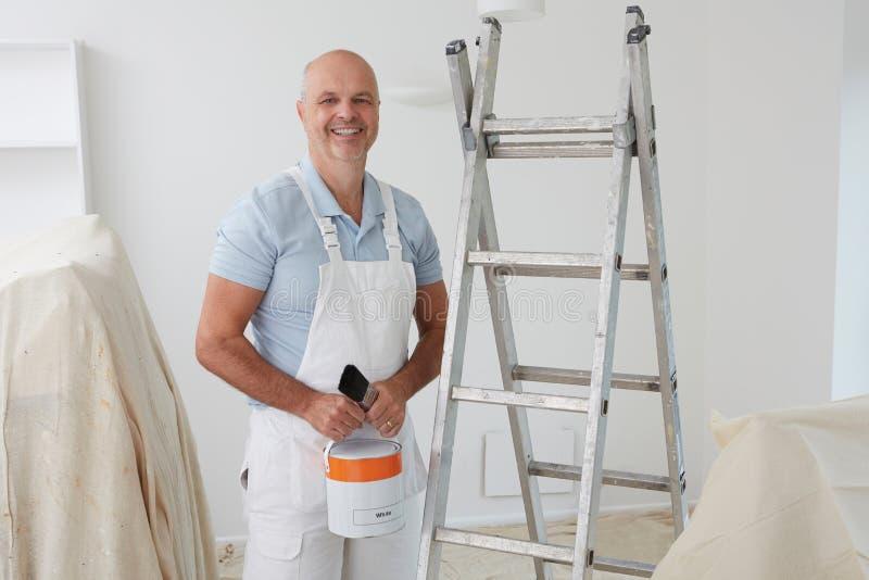 Retrato da sala da pintura do decorador imagem de stock