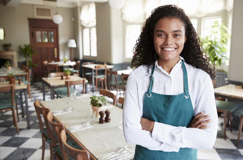 Retrato da sala fêmea de In Empty Dining do gerente do restaurante fotos de stock royalty free