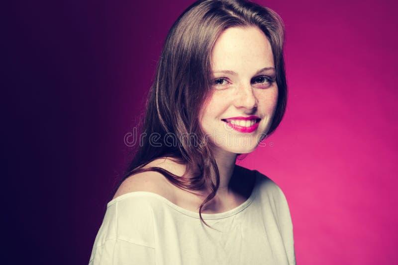 Retrato da sarda da mulher no fundo da cor vermelho e cor-de-rosa fotos de stock