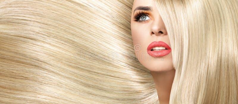 Retrato da senhora com corte de cabelo reto e espesso imagens de stock
