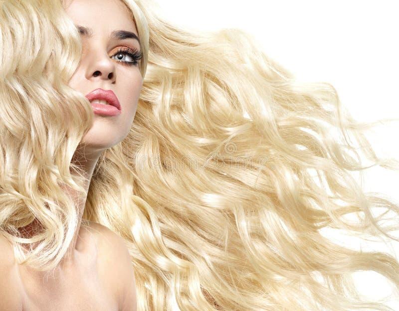 Retrato da senhora com penteado encaracolado e espesso imagens de stock