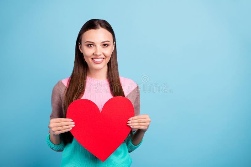 Retrato da senhora contente agradável bonita encantador que guarda o grande cartão dado forma coração colorido brilhante com copy imagens de stock royalty free
