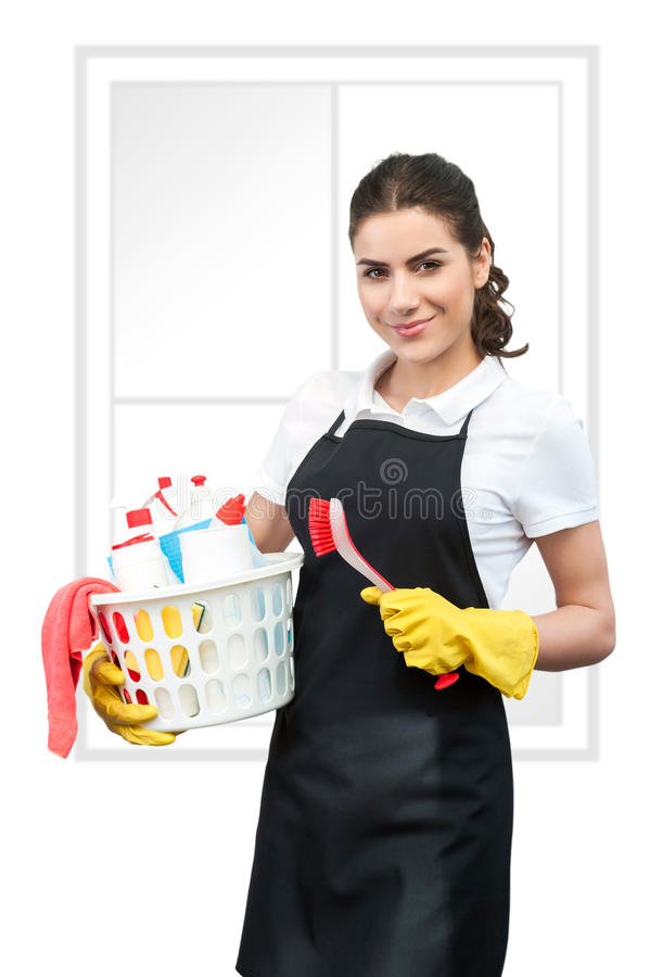 Retrato da senhora de limpeza que guarda uma escova e uma cesta imagem de stock