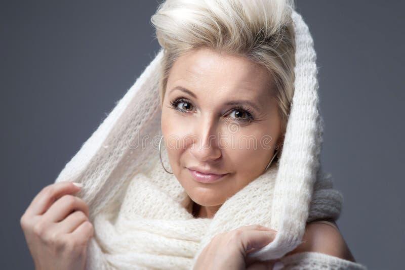 Retrato da senhora loura atrativa imagem de stock royalty free