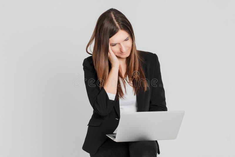 Retrato da senhora moreno cansado preocupada da mulher no terno de negócio w fotos de stock