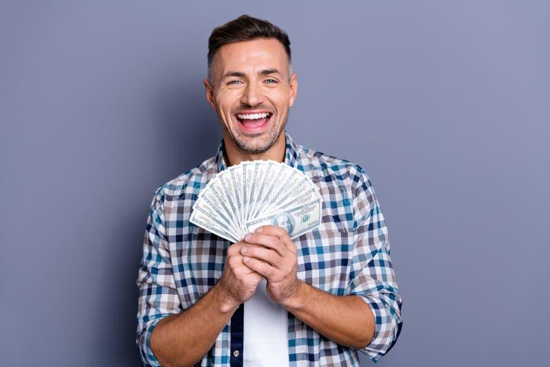 Retrato da sensação milenar encantador da mão da posse ele sua índice alegre positivo manta verificada satisfeita da camisa fotos de stock royalty free