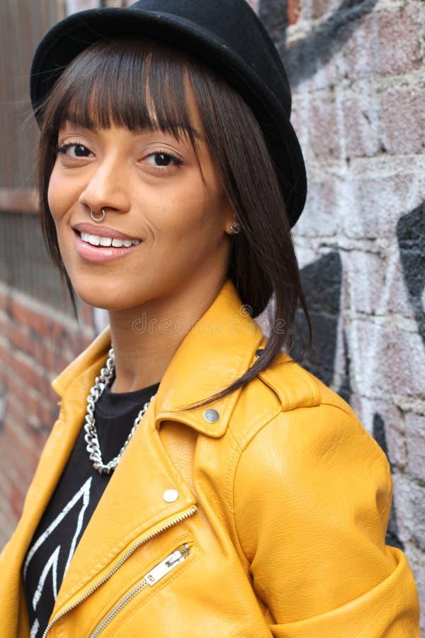 Retrato da sessão fotográfica do estilo de vida da menina étnica africana do moderno 'sexy' à moda na moda fresco com anel pierci imagem de stock