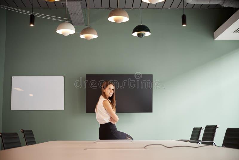 Retrato da tabela nova de Sitting On Boardroom da mulher de negócios no dia graduado da avaliação do recrutamento no escritório fotografia de stock