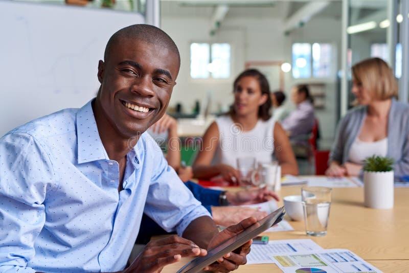 Retrato da tabuleta da reunião do homem de negócios fotos de stock