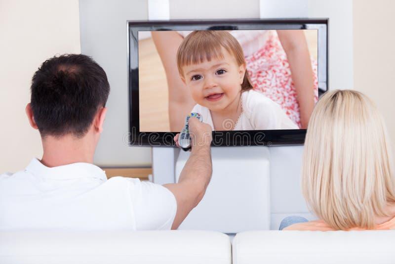 Retrato da televisão de observação dos pares imagens de stock