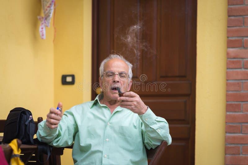 Retrato da tubulação de fumo italiana do homem superior foto de stock royalty free