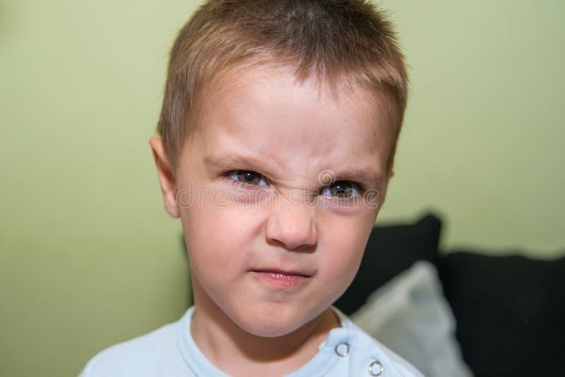 Retrato da virada e do menino irritado fotos de stock royalty free