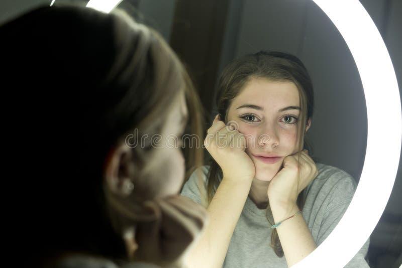 Retrato da vista adolescente em um espelho imagens de stock