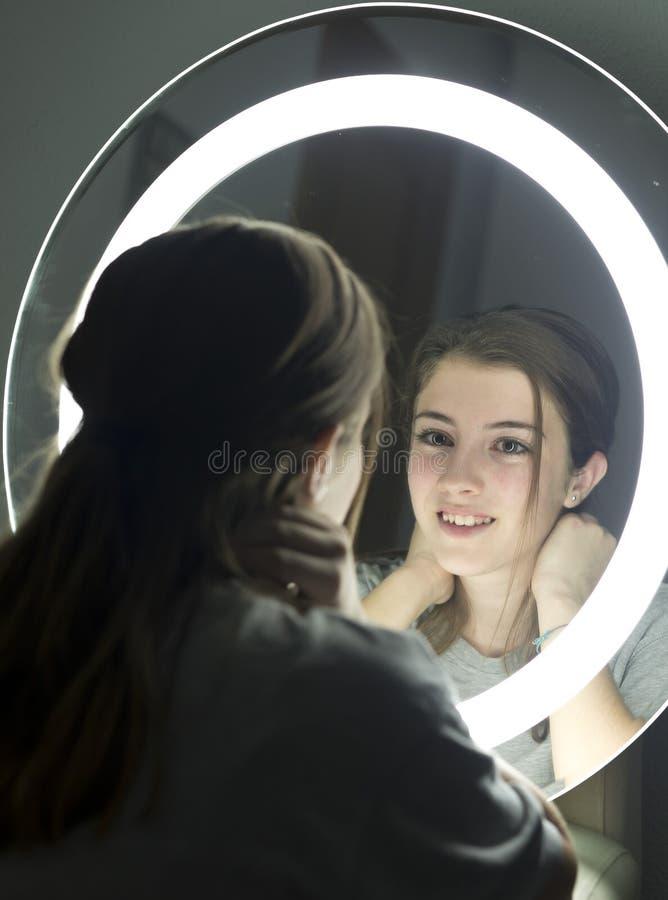 Retrato da vista adolescente em um espelho imagens de stock royalty free