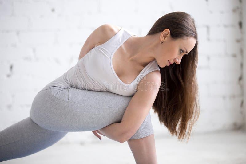 Retrato da vista lateral da mulher nova do iogue foto de stock royalty free