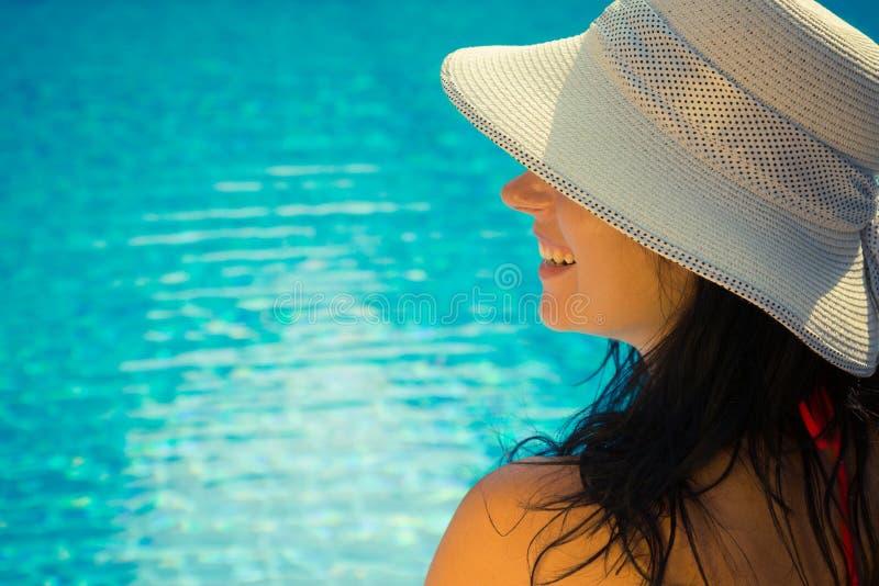 Retrato da vista lateral de uma fêmea na piscina fotografia de stock