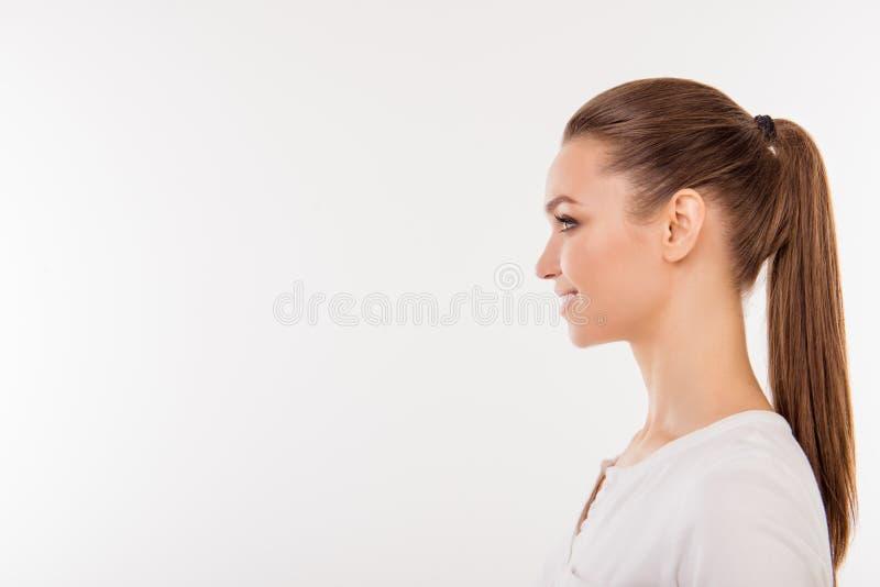 Retrato da vista lateral da mulher bonita com o rabo de cavalo nos t-s brancos fotografia de stock royalty free