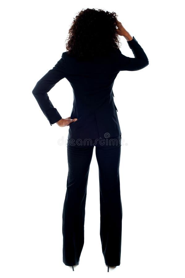 Retrato da vista traseira de mulher de negócios confusa imagem de stock