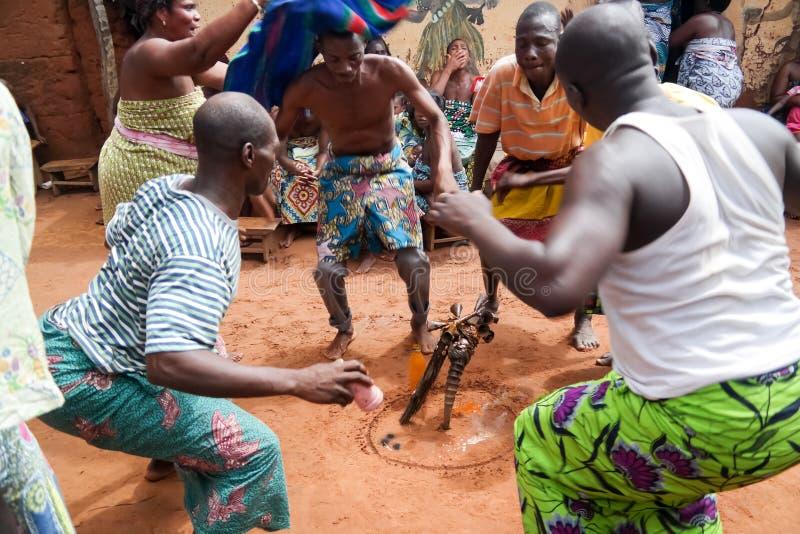Retrato dança do woodoo da dança do homem da ovelha e do Gen Anfoin, Togo fotografia de stock royalty free