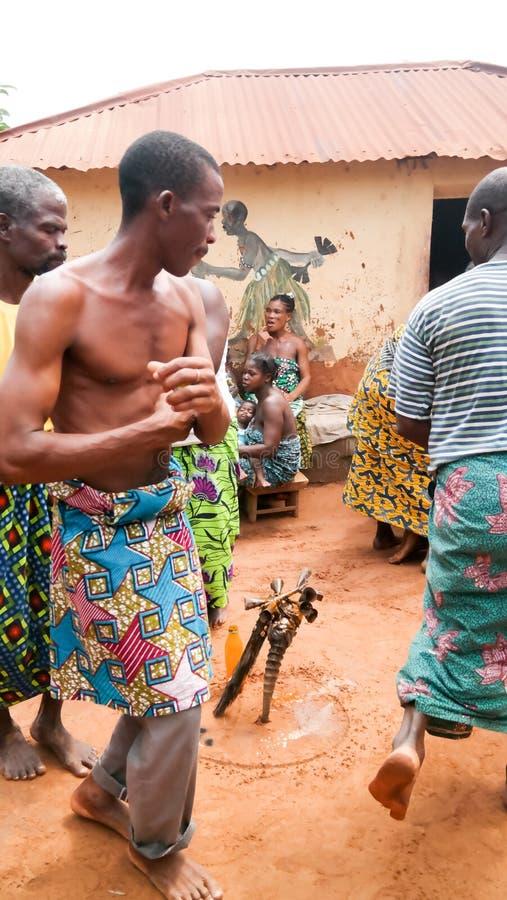 Retrato dança do woodoo da dança do homem da ovelha e do Gen Anfoin, Togo foto de stock royalty free
