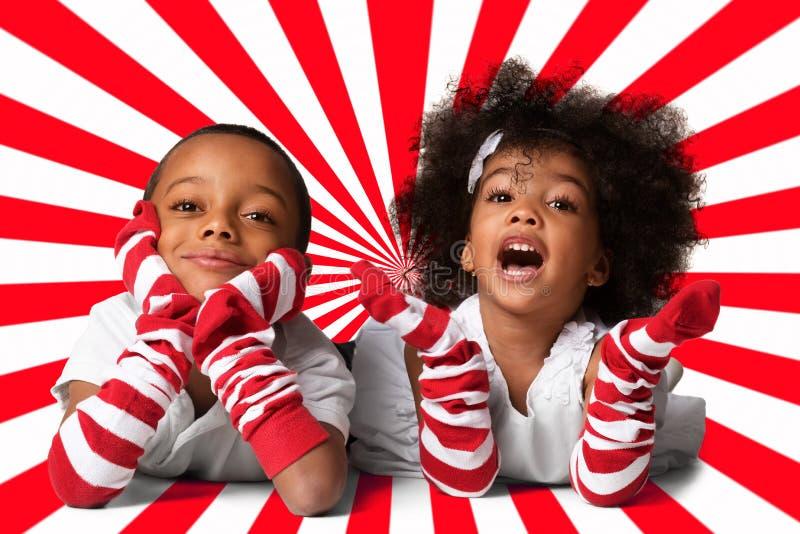 Retrato das crianças afro-americanos bonitos prées-escolar que estabelecem Tiro do estúdio Duas crianças no fundo geométrico imagem de stock