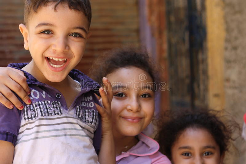 Retrato das crianças felizes que jogam e que riem, fundo da rua em giza, Egipto imagens de stock royalty free