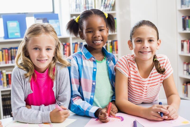 Retrato das crianças na biblioteca foto de stock