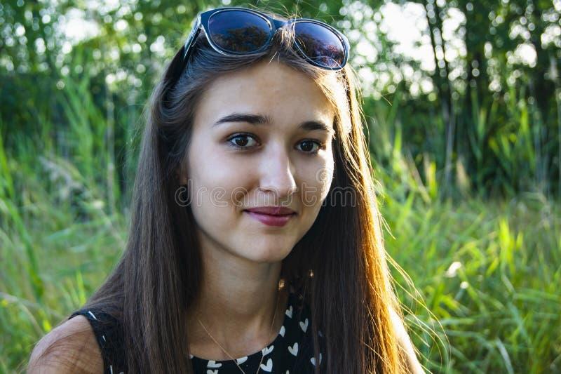 Retrato das emoções da menina na floresta fotos de stock royalty free
