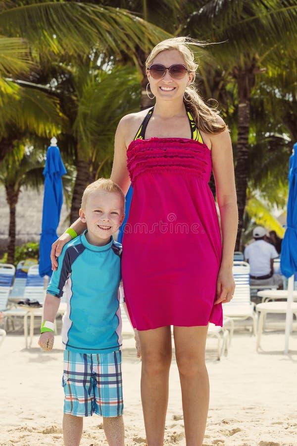 Retrato das férias em família em um recurso tropical imagens de stock royalty free