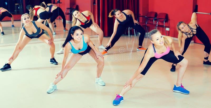 Retrato das fêmeas que dançam movimentos do zumba imagens de stock royalty free