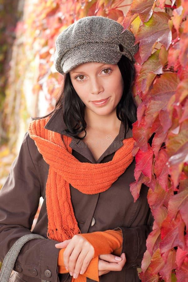 Retrato das folhas de outono do modelo fêmea bonito foto de stock
