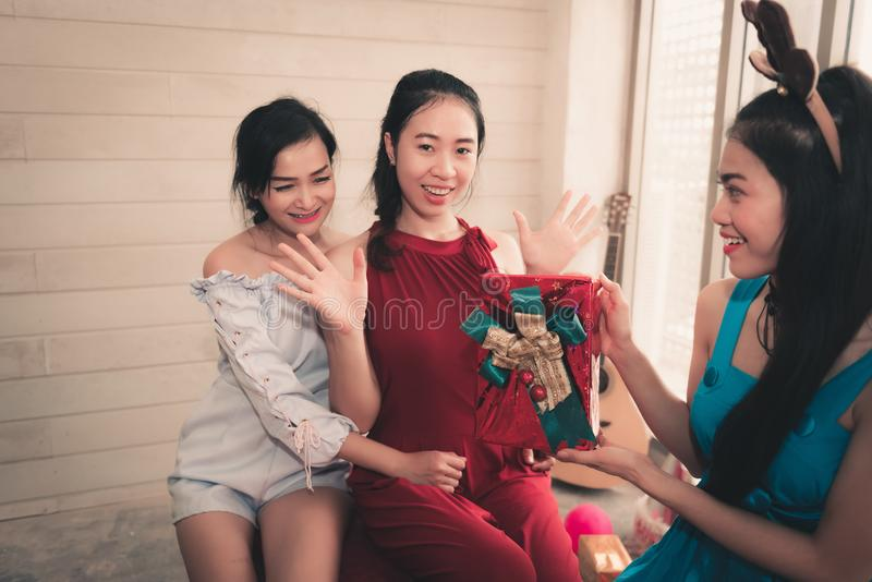 Retrato das meninas asiáticas que dão a presente da surpresa a seus amigos me foto de stock