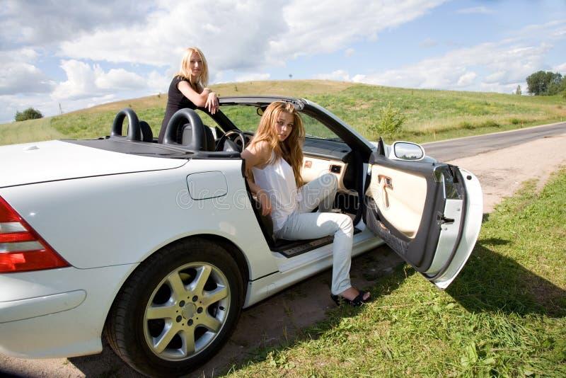 Retrato das meninas bonitas com cabriol fotografia de stock
