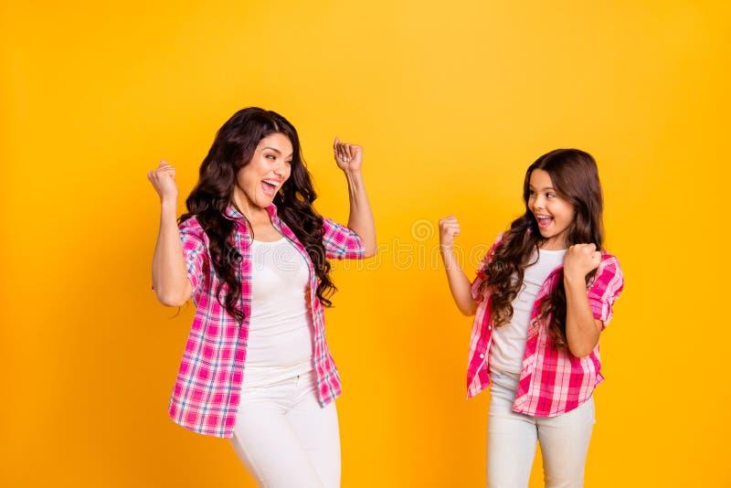 Retrato das meninas ondulado-de cabelo positivas alegres bonitas preparadas atrativas devista que vestem a camisa verificada imagem de stock royalty free