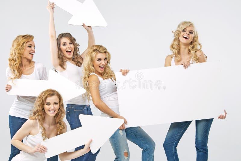 Retrato das mulheres alegres que guardam setas imagem de stock royalty free