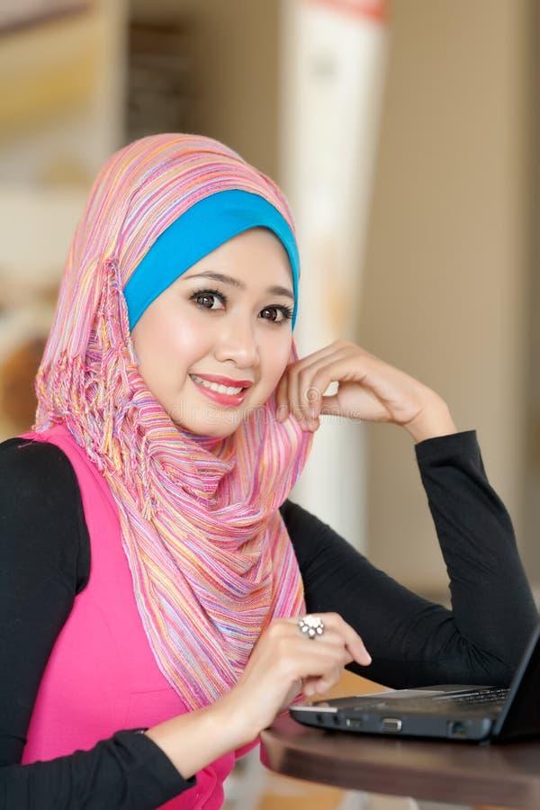 Retrato das mulheres muçulmanas novas imagens de stock
