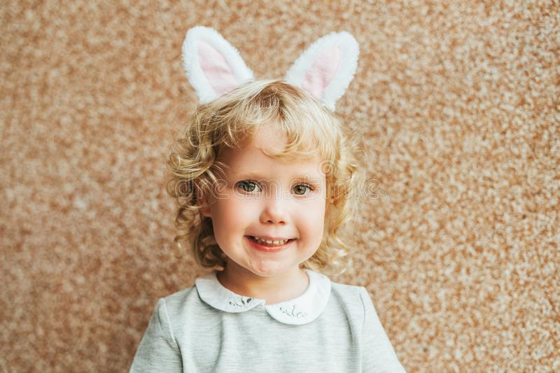 Retrato das orelhas vestindo do coelho da menina adorável da criança fotos de stock