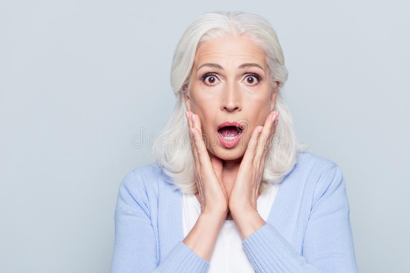 Retrato de à moda, envelhecido, encantando, mulher surpreendida, chocada ho foto de stock royalty free