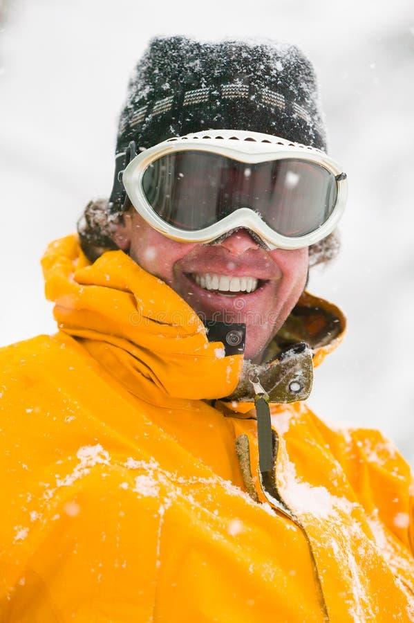 Retrato de óculos de proteção vestindo de um esquiador masculino. fotografia de stock royalty free